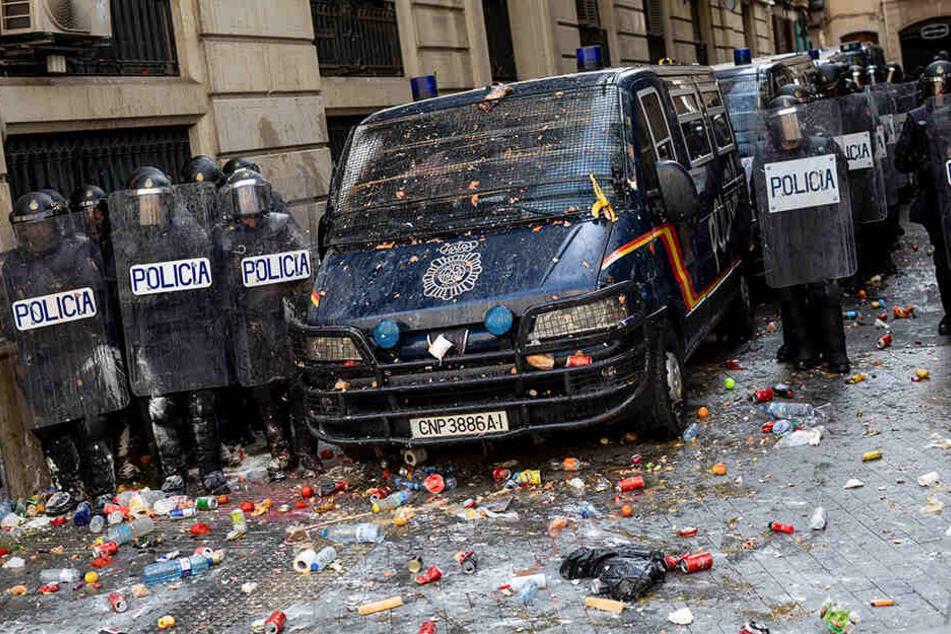 In Katalonien findet seit dem Morgen ein Generalstreik als Reaktion auf lange Haftstrafen für neun Separatistenführer statt. Seit Tagen kommt es immer wieder zu Protesten.
