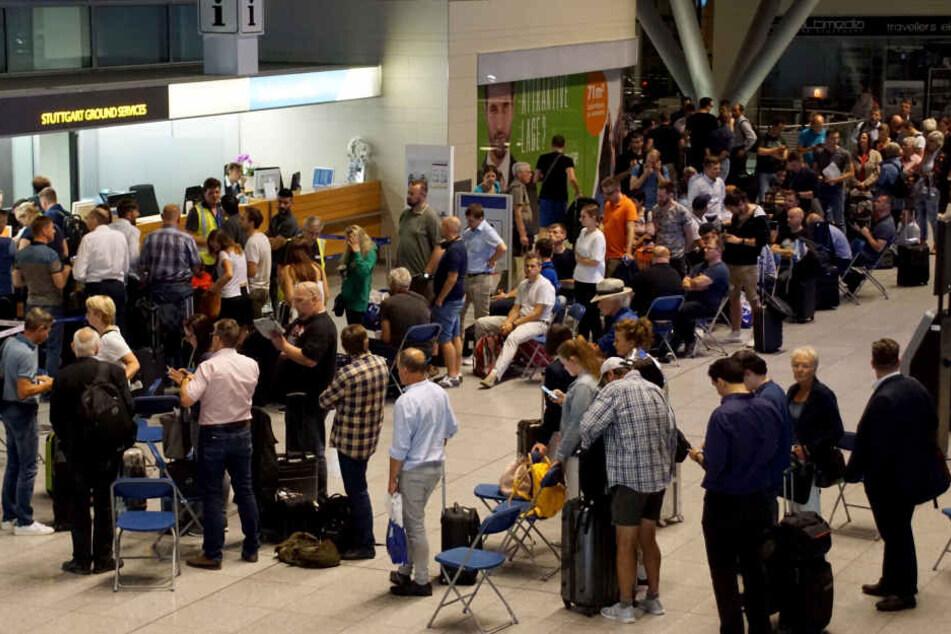 Wartende Fluggäste am Flughafen Stuttgart während des Unwetters.
