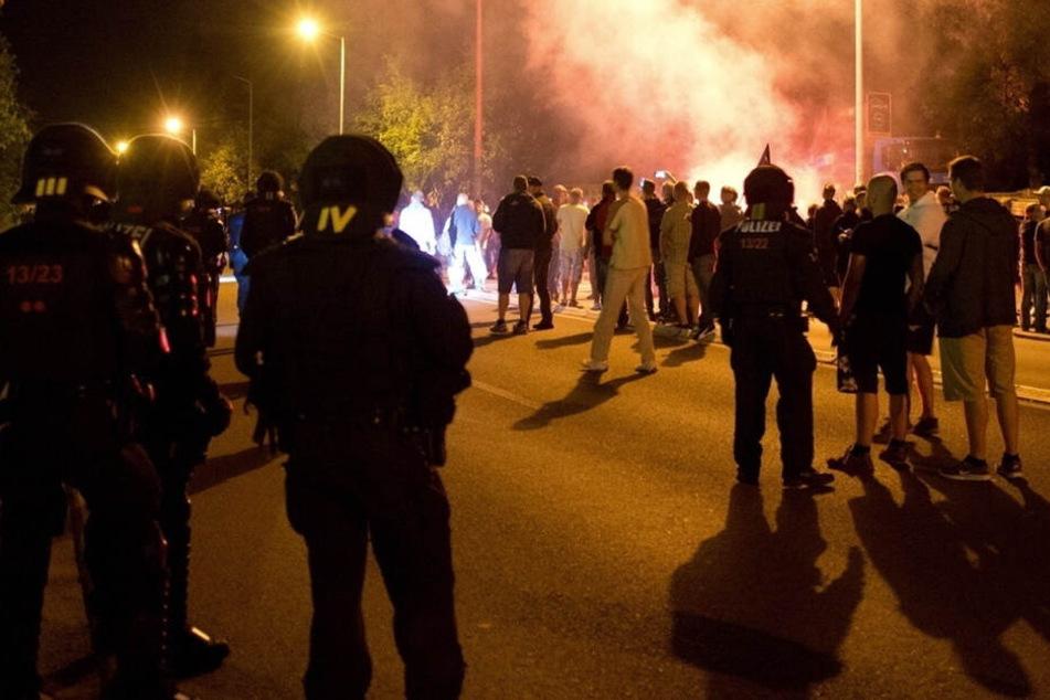 Die Anti-Asyl-Krawalle in Heidenau kamen für die Behörden überraschend. Polizei und Sicherheitsbehörden sahen sich im August 2015 plötzlich einem Mob aus Rechten und Rechtsextremen auf offener Straße gegenüber.