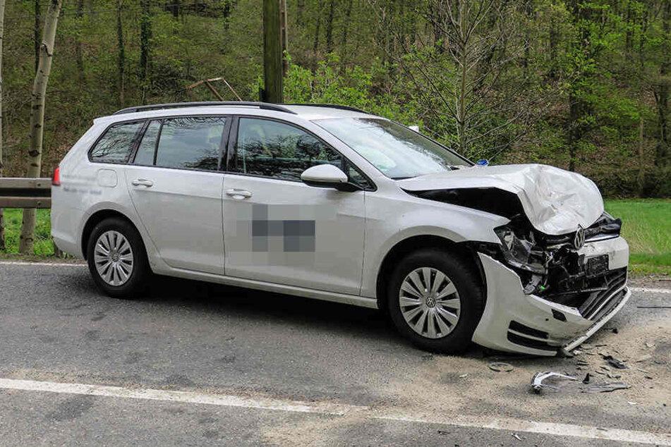 Der VW Golf geriet aus noch ungeklärter Ursache in den Gegenverkehr.