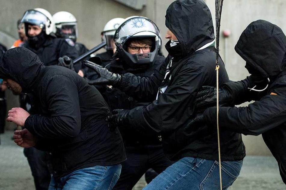 Polizisten verhinderten den Sturm von Gladbach-Ultras in den Innenraum.