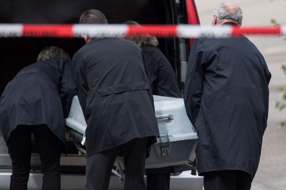 15. September 2017: Ein Sarg wird in Villingendorf in  einen Leichenwagen gehoben.