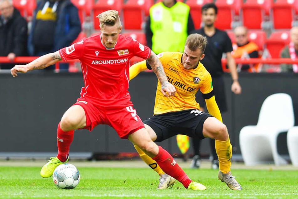 Union-Sturmbulle Sebastian Polter (l.) behauptet den Ball gegen Dynamo-Mittelfeldmann Max Kulke.
