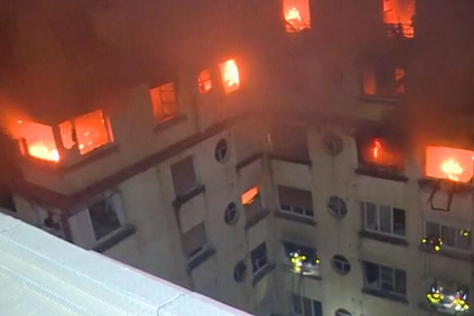 Sieben Tote bei Hausbrand: Feuerwehr kämpft noch immer gegen die Flammen