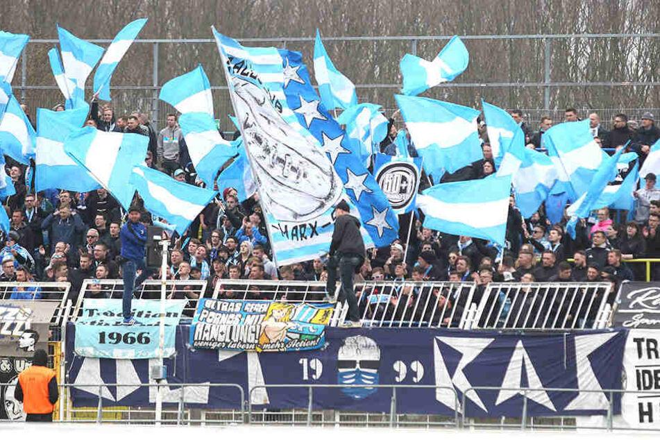 Die mitgereisten Anhänger unterstützten das Team bei der Niederlage im Bruno-Plache-Stadion.