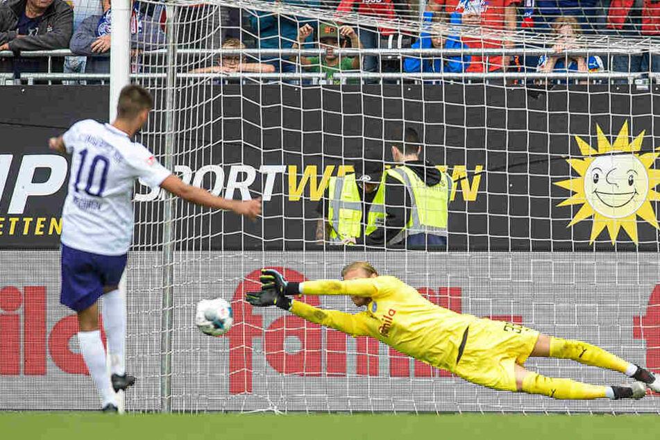 Dimitrij Nazarov (l.) scheitert mit seinem Foulelfmeter an Kiels Keeper Dominik Reimann.