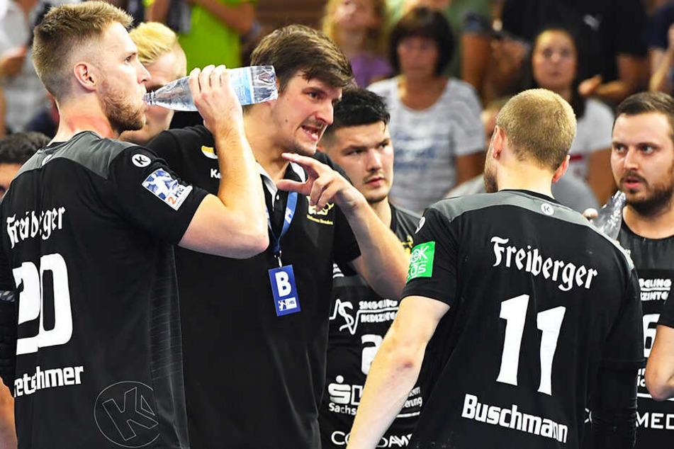 Trainer Rico Göde (2.v.l.) brachte seine Männer nach der Pause auf die Siegerstraße.
