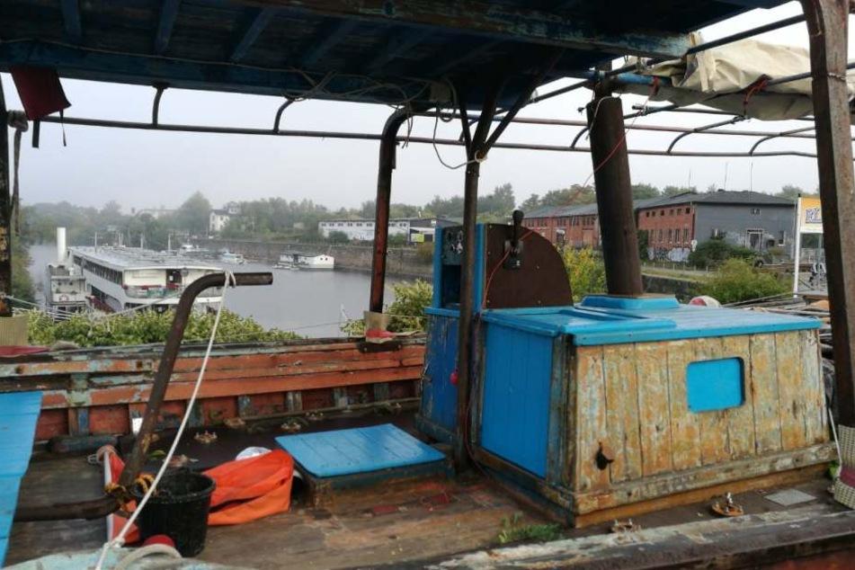 Auf dem Boot werden noch Kunstfiguren installiert.
