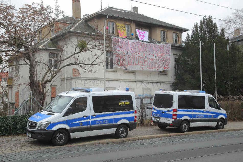 Bis zum Nachmittag bewachte die Polizei das Areal mit zwei Einsatzwagen.