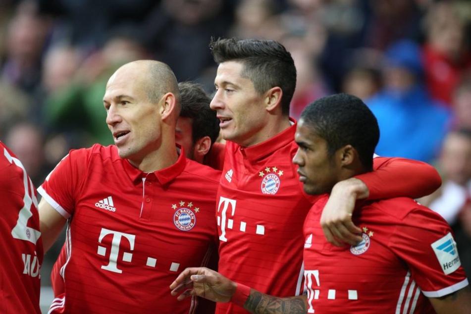 Freude bei den Spielern des FC Bayern München: Beim Spiel gegen den VfL Wolfsburg wäre ein vierter Wechsel in der Verlängerung möglich.