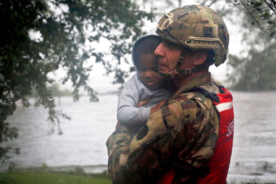 Rettungsteams der Nationalgarde versuchen, die Bewohner in Sicherheit zu bringen.