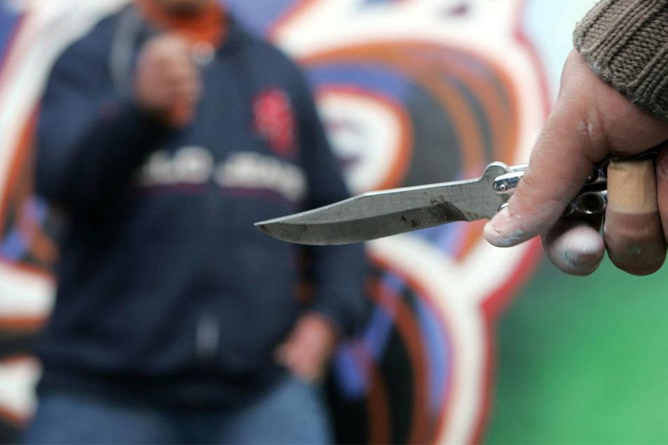 Als der 19-Jährige am Boden lag, wurde er von einem der Täter mit einem Messer verletzt. (Symbolbild)