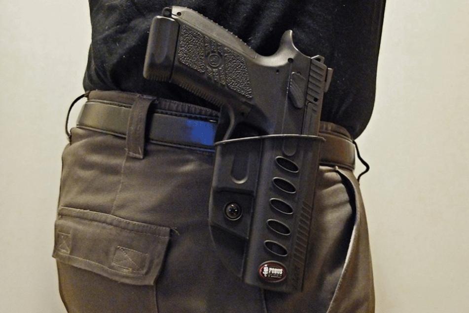 Einer der angeblichen Kriminalpolizeien soll mit einer Pistole bewaffnet gewesen sein (Symbolbild).