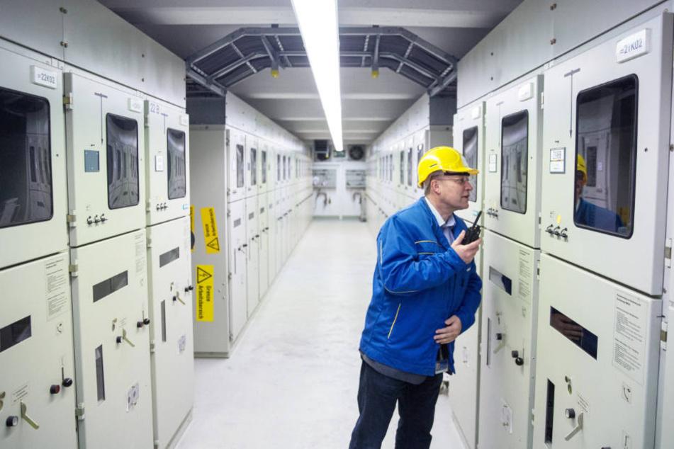 Ein Mitarbeiter von Stromnetz Hamburg überprüft ein Umschaltwerk (Archivbild).