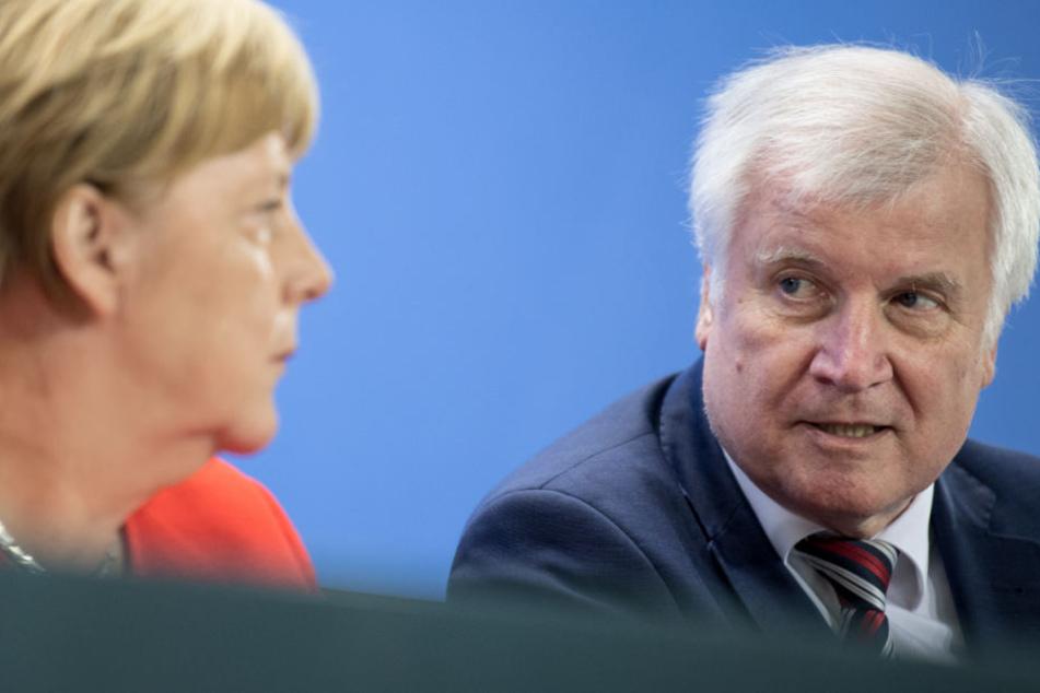 Beliebtheitswerte der Polit-Größen: Merkel rutscht, Seehofer stürzt