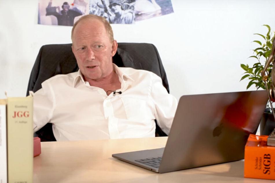 Richter Andreas Müller sieht sich in der Sendung Videos mit Gzuz auf einem Laptop an.