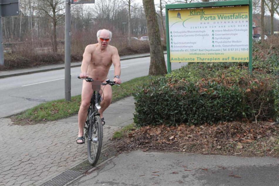 Besonders gerne radelt Ernie nackt durch die Gegend.