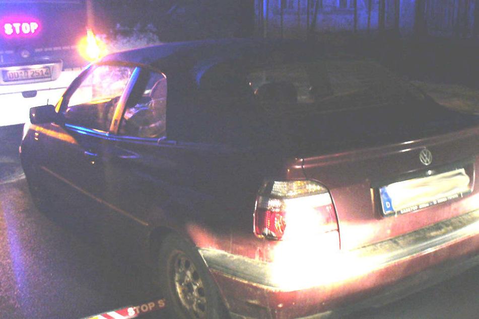 In Seifhennersdorf mussten Beamten bei diesem Golf Cabrio eine Autoscheibe einschlagen. Der Fahrer hatte sein Auto bei der Kontrolle verriegelt.