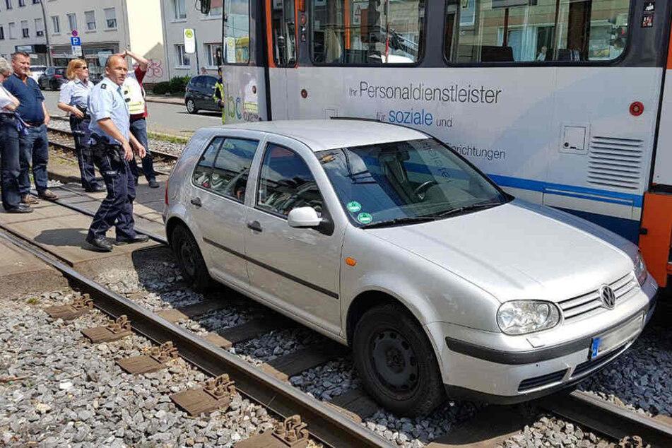 Der VW-Fahrer wollte abbiegen und übersah dabei die Stadtbahn.