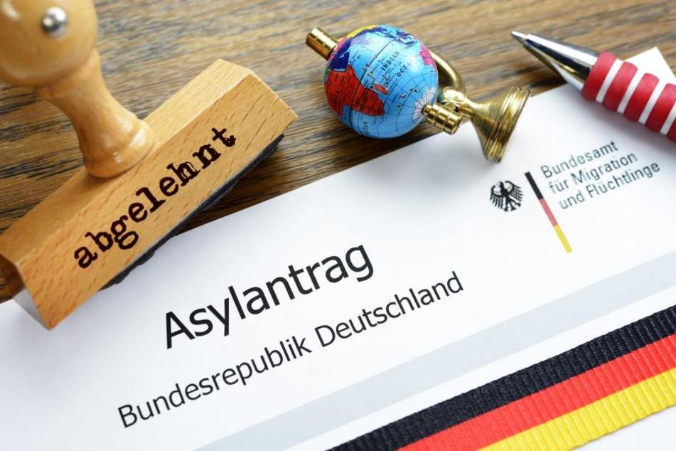Die Klagen abgelehnter oder nicht voll anerkannter Asylbewerber stapeln sich.