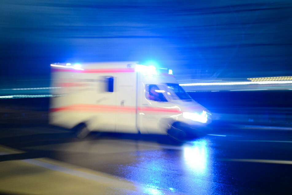 Crash auf eisglatter Fahrbahn! Frau (†55) stirbt auf Landstraße
