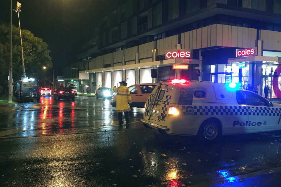 In Melbourne fand die Polizei eine Leiche im Eingangsbereich eines Wohnhauses, ein mutmaßlicher Geiselnehmer wurde erschossen.