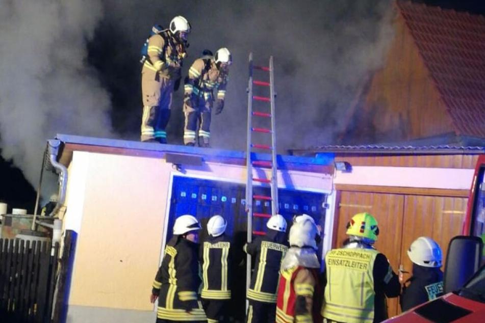 Die Kameraden der Feuerwehr konnten gerade noch verhindern, dass der Brand sich weiter ausbreitete.