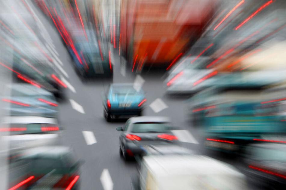 Ein Autofahrer war in einen Lkw gekracht. (Symbolbild)