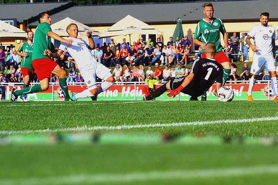 Die derzeit einzigen beiden Stoßstürmer im Kader des FC Erzgebirge beim Test in Limbach-Oberfrohna: Sören Bertram (2.v.l.) netzte ein, Albert Bunjaku (r.) schaute zu.Foto: Fran