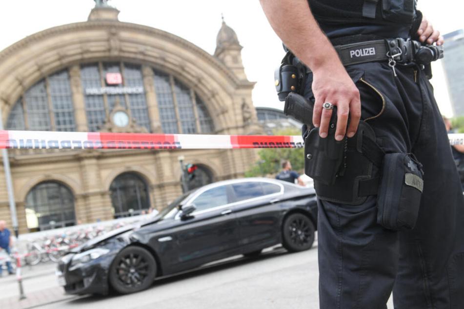 Ein Polizist steht vor dem Frankfurter Hauptbahnhof.