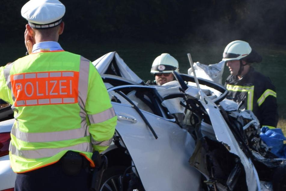 Schwäbisch Gmünd: BMW-Fahrer stirbt nach Crash mit LKW.
