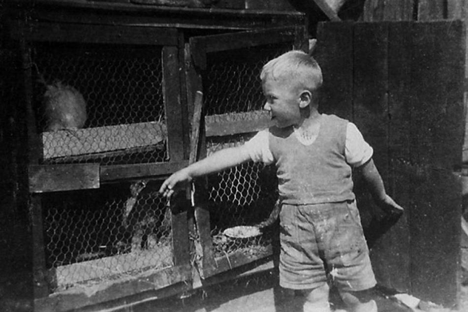 Aus dem Familien-Fotoalbum: Sigmund Jähn 1942 am Hasenstall hinter seinem  Wohnhaus.