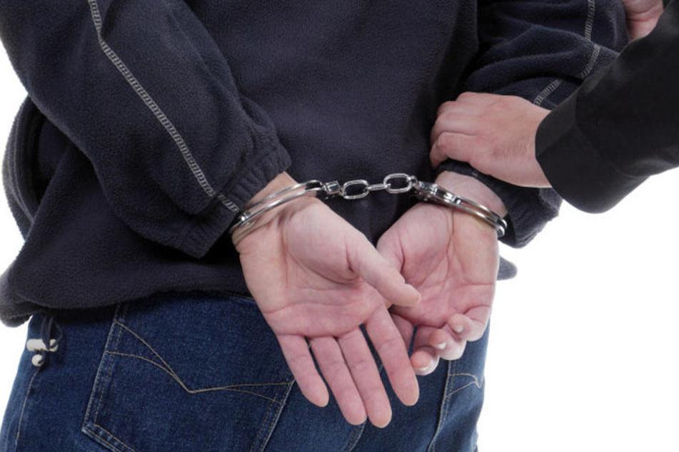 Zahlreiche Straftaten: 18-Jähriger in JVA eingeliefert