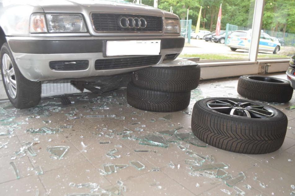 Das Auto kam erst mitten im Fensterrahmen zum Stehen.