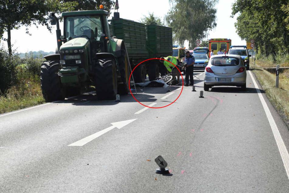 Der Biker wurde bei Großenhain unter das Traktorgespann geschleudert, überrollt und dabei tödlich verletzt.