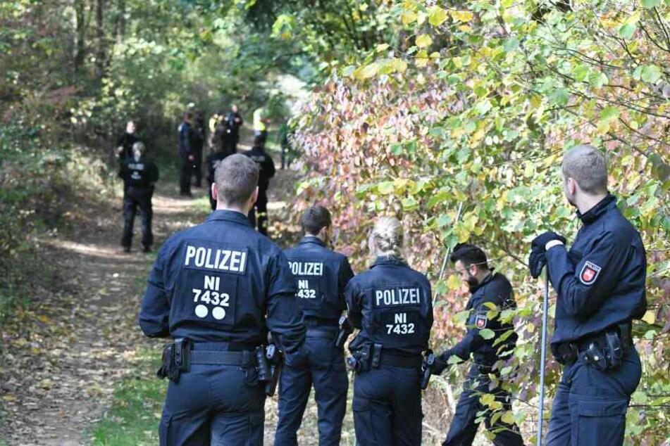 Die Bereitschaftspolizei suchte den Elbe-Seiten-Kanal bei Neu Sülbeck nach weiteren Hinweisen ab.