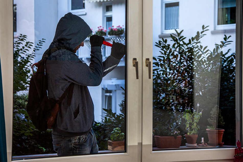 Über das Fenster vom Reihenhaus hatten die Diebe direkten Zugang zum Wohnzimmer (Symbolbild).