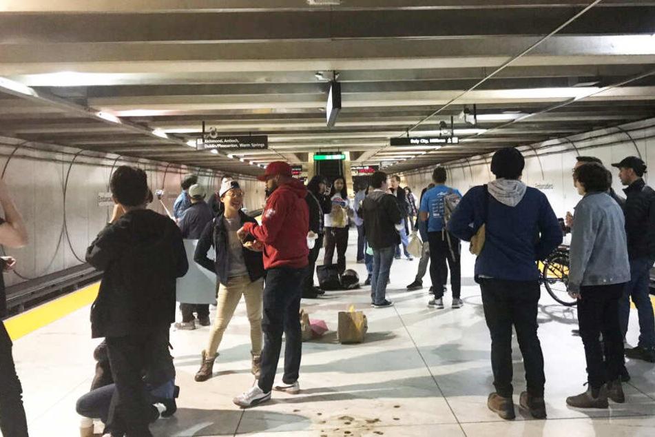 Rund 30 Menschen sollen friedlich protestiert haben.