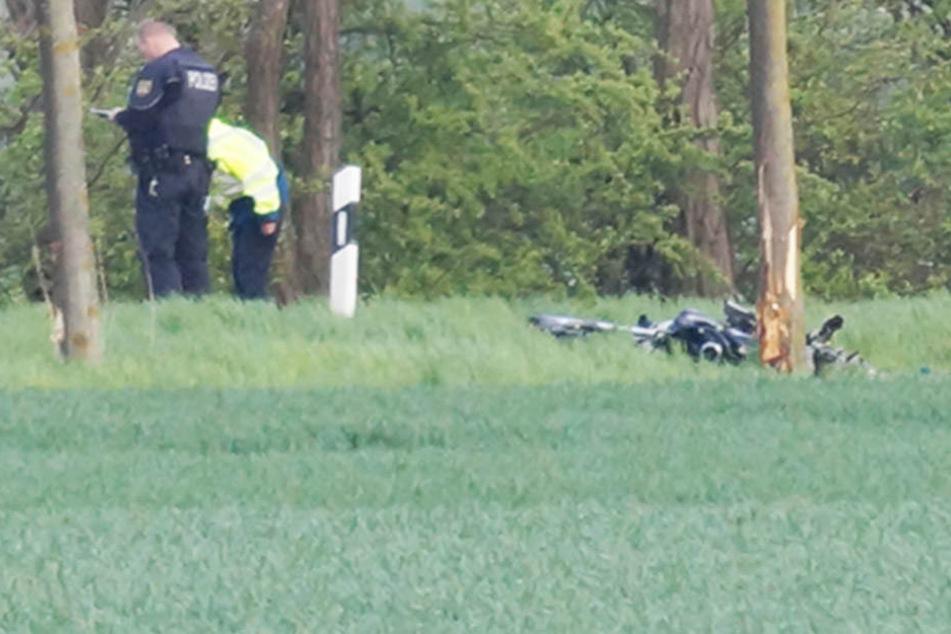 Ein 32-jähriger Biker ist am Donnerstag beim Überholen zweier Autos von der Bundesstraße abgekommen und gegen einen Baum geprallt.