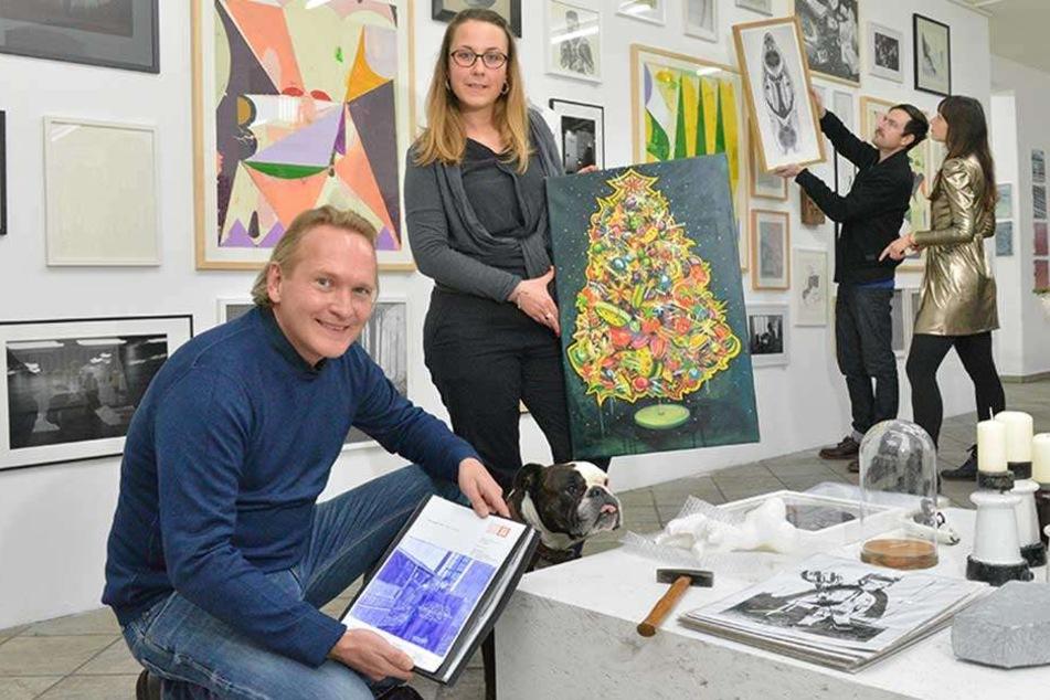 2017 fand der Weihnachtsmarkt noch in der Gutschmidstraße im Hechtviertel statt. Galerist Jens Heinrich Zander und Malerin Victoria Graf (32) präsentierten einige Kunstwerke.
