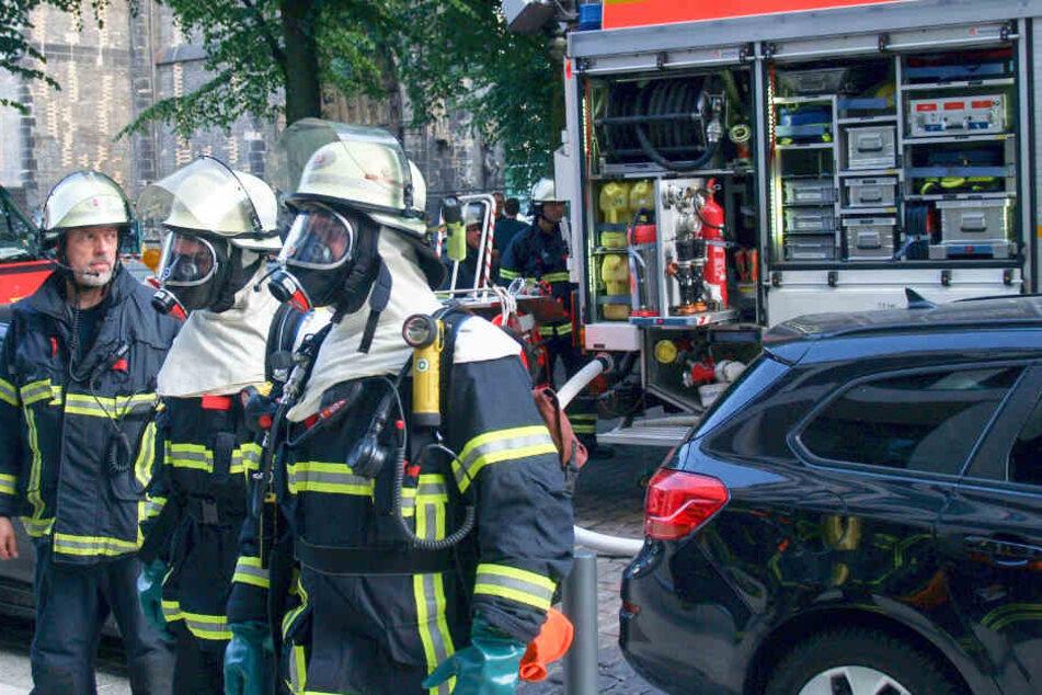 Mit Spezialausrüstung gingen die Feuerwehrleute in das Gebäude.