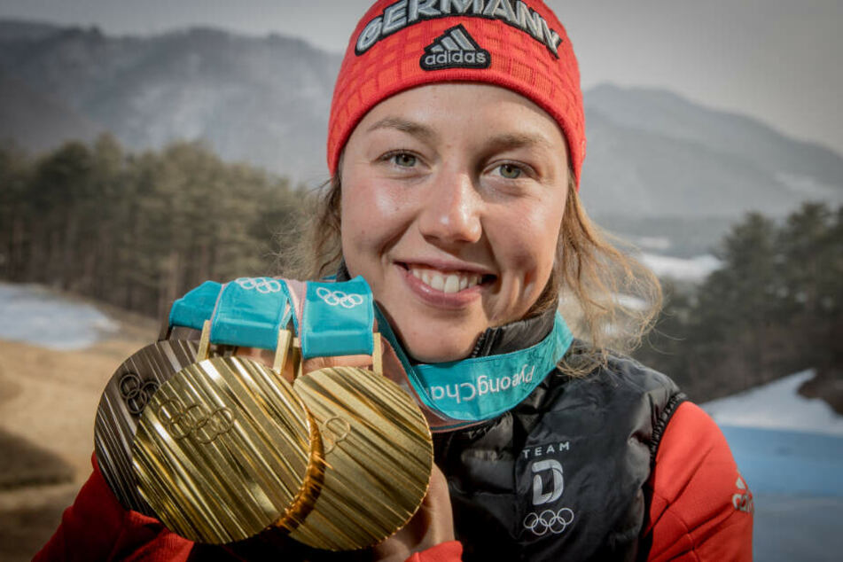 Laura Dahlmeier zeigt ihre Medaillen, die sie bei den Olympischen Spielen 2018 gewonnen hat.