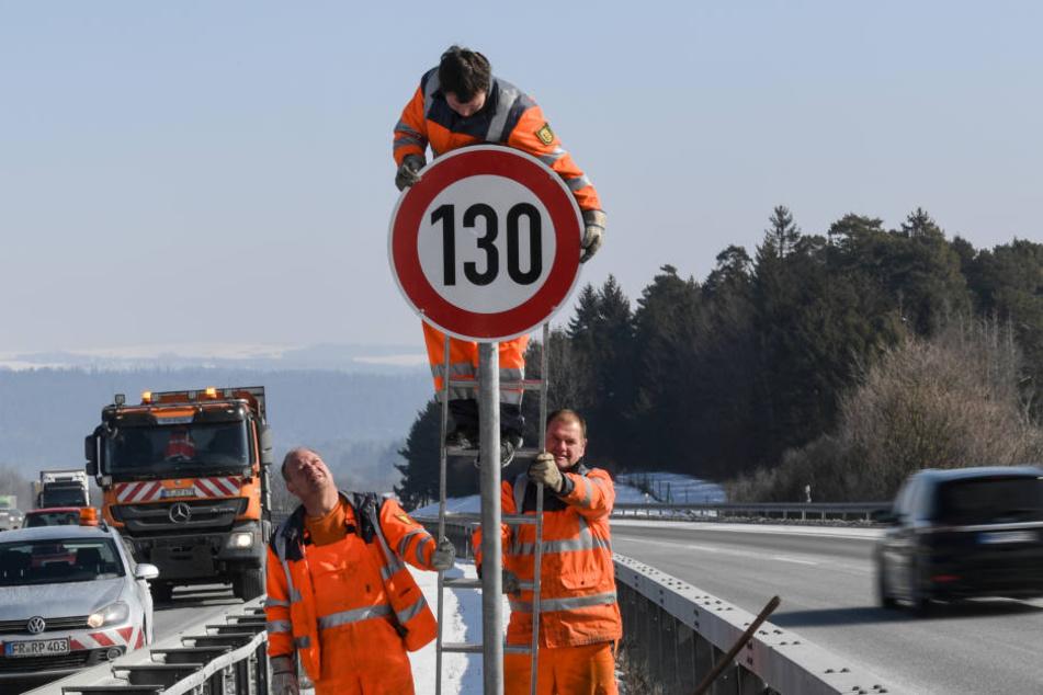 """Straßenwärter Tobias Schäuble montiert an der Autobahn A81 am Hegaublick ein Schild mit der Aufschrift """"130"""""""