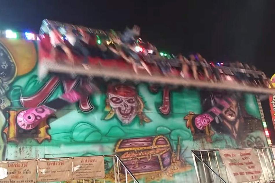 Horror-Video: Karussell öffnet bei laufender Fahrt die Sicherheitsbügel!