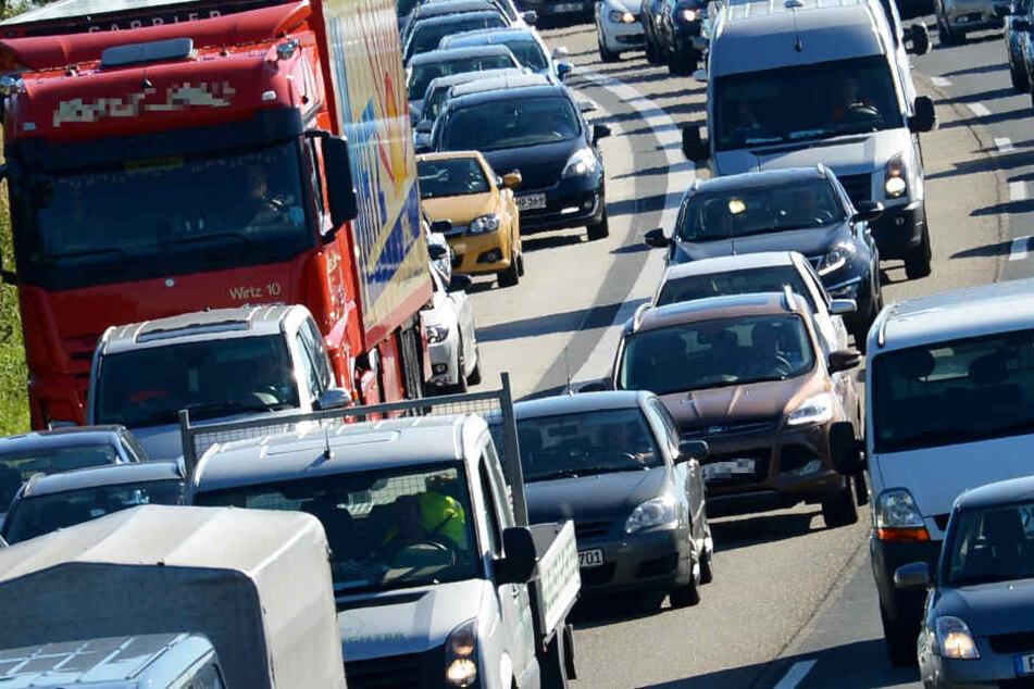 Raser verursacht Massenkarambolage: 15 Kilometer Stau auf A7 bei Kassel