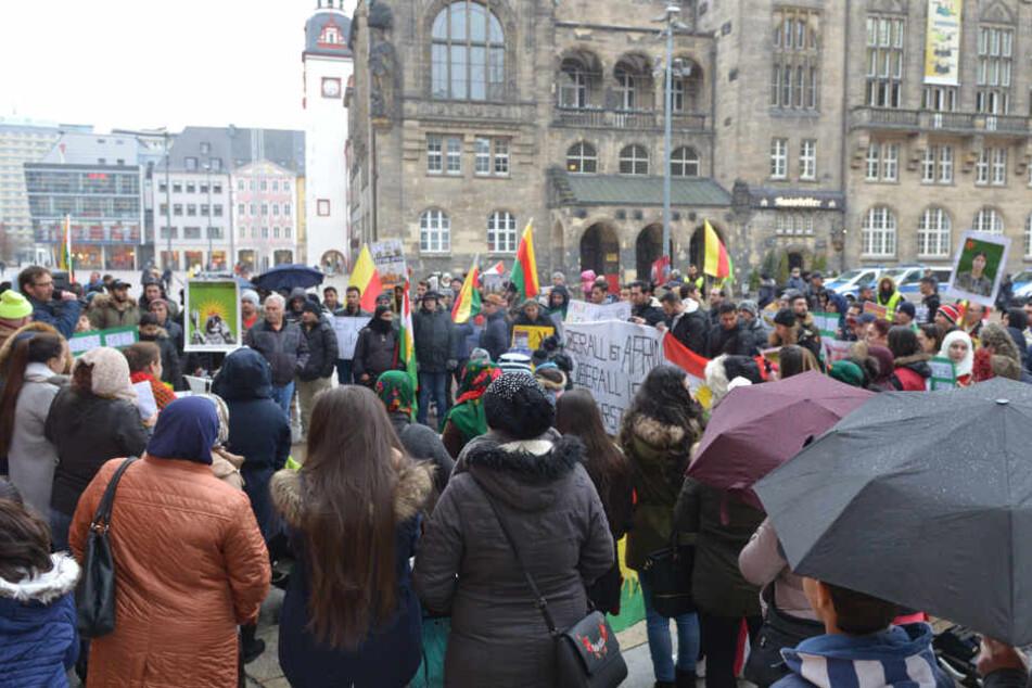 Rund 200 Kurden demonstrierten am Samstag auf dem Neumarkt gegen den türkischen Angriff auf die kurdische Region Afrin in Nordsyrien.