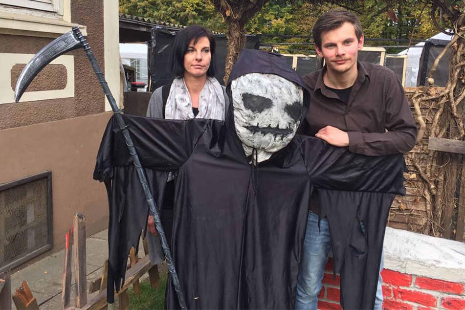 Gaby Bitter und ihr Sohn Kevin (24) verwandeln ihr Haus jedes Jahr in eine Gruselstätte.