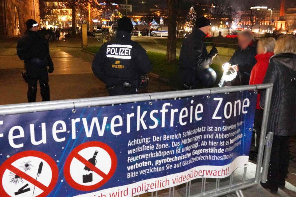Polizisten kontrollieren Passanten am Schlossplatz.