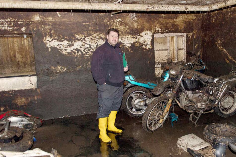 Der Engstinger Ralf Stoll in einem Keller, der mit stinkender Gülle überflutet wurde. (Archivbild)