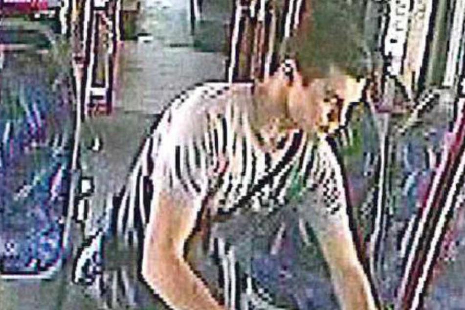 Diesen jungen Mann sucht die Polizei wegen Diebstahls.